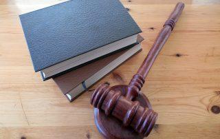 Illustrativ bild som föreställer två böcker och en lag klubba för att symbolisera att detta är lagkrav.
